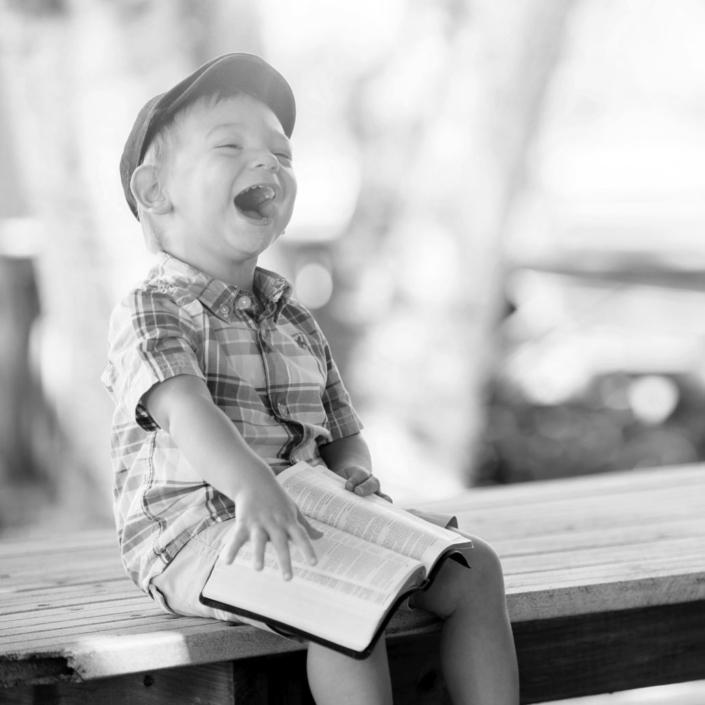 lachendes Kind mit Sprachstörungen Logopädie